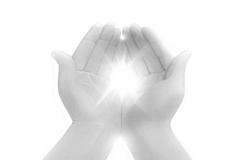 handen in lichtbundel